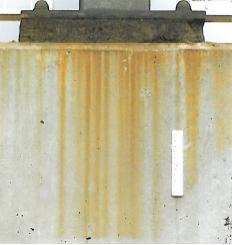 Vlekken op betonoppervlakken, veroorzaakt door roestwater