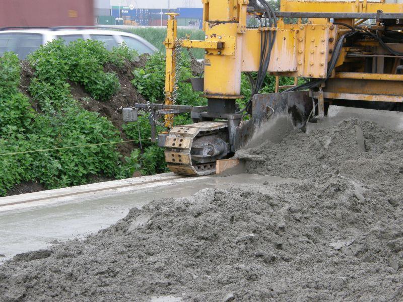 In de betonwegenbouw is bij de inzet van een slipformpaver aardvochtig                        beton nodig