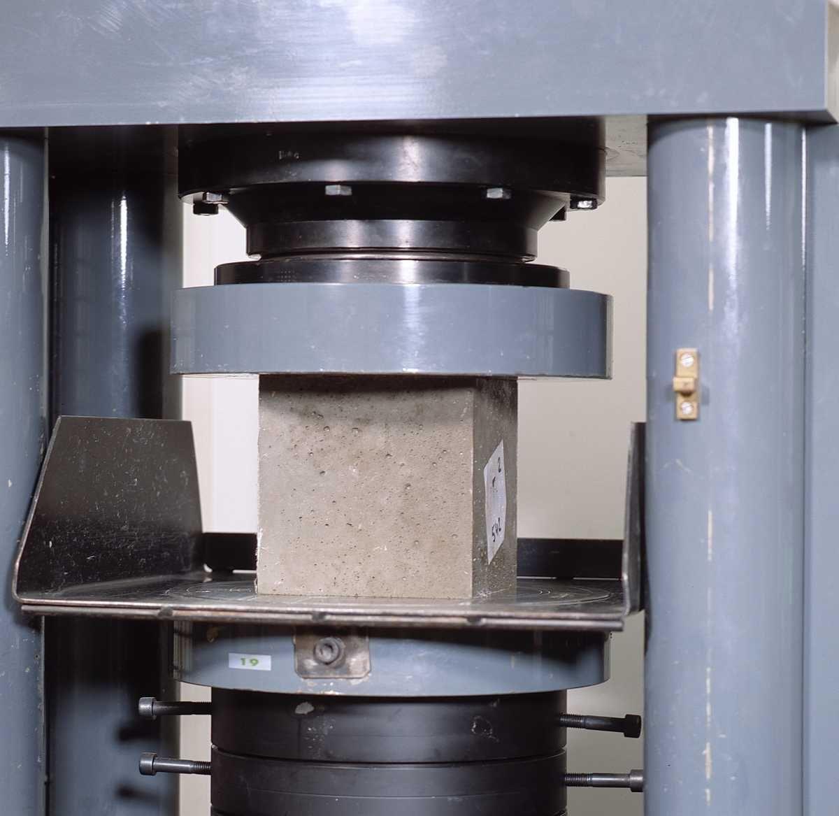 Proefstuk wordt tot bezwijken belast in een drukbank