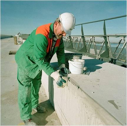 Handmatig repareren van een betonrand