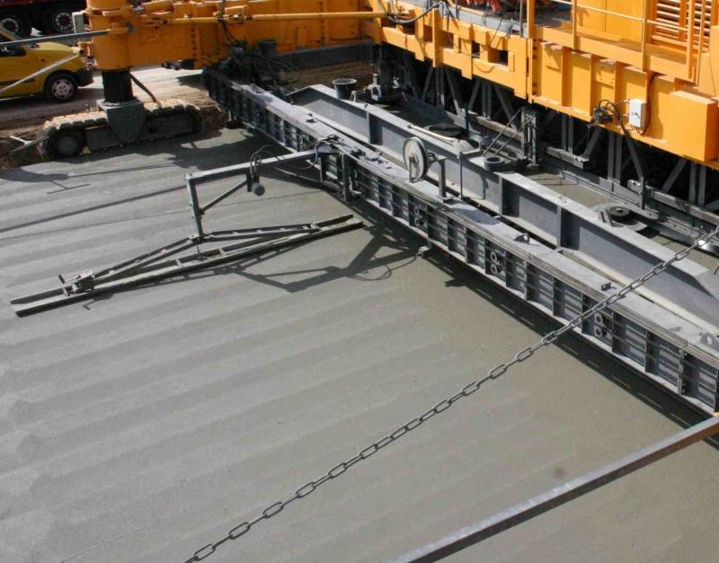 Afwerking van een betonverharding met een supersmoother