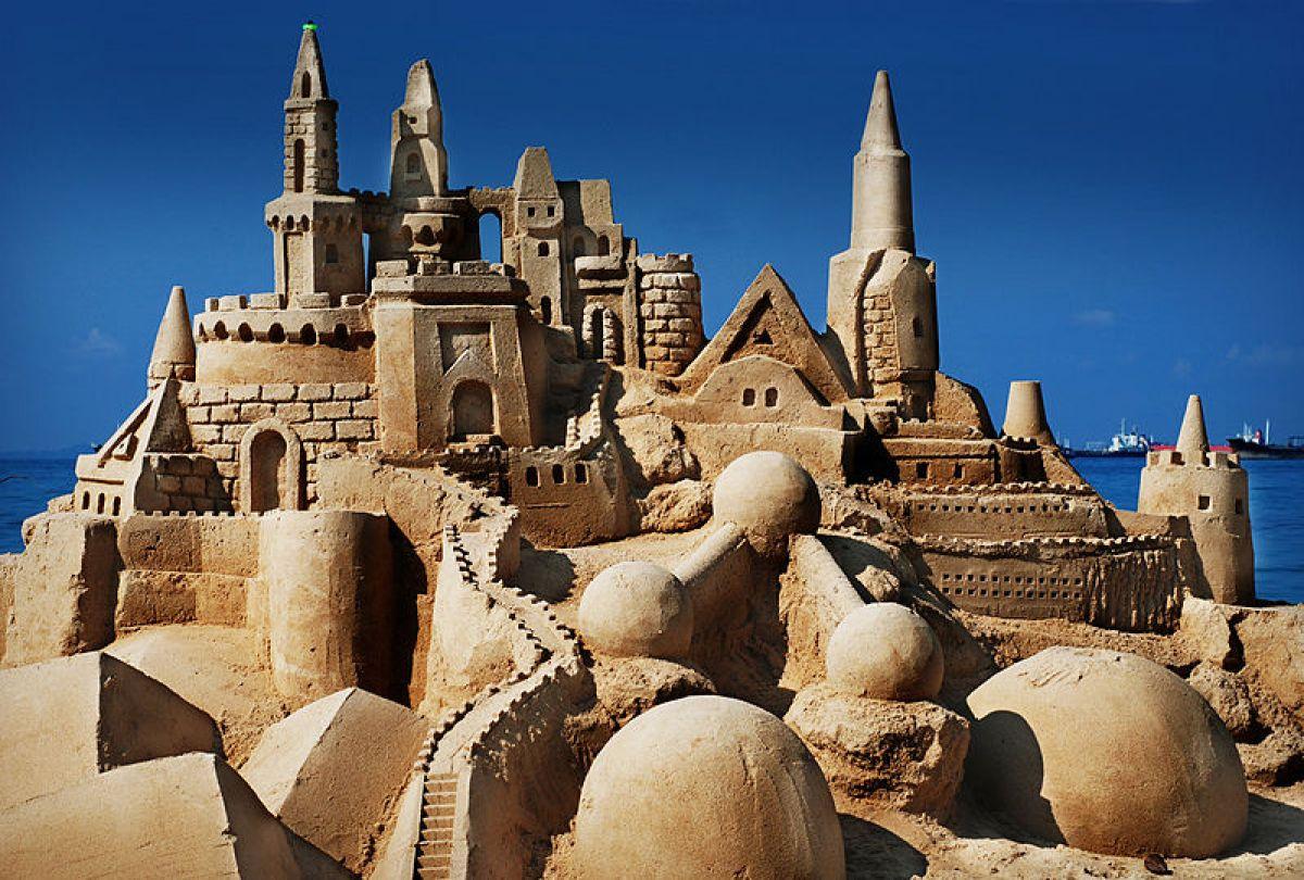 Zandkastelen bouwen is bouwen op groene sterkte. Met droog zand kun je niet bouwen en met te veel water valt het zand weer uit elkaar