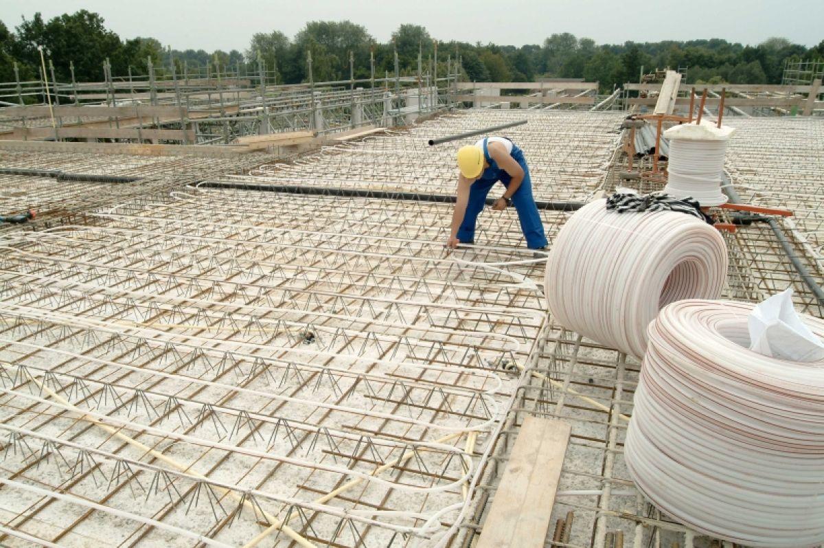 Aanbrengen van watervoerende leidingen in de kern van een betonnen vloer