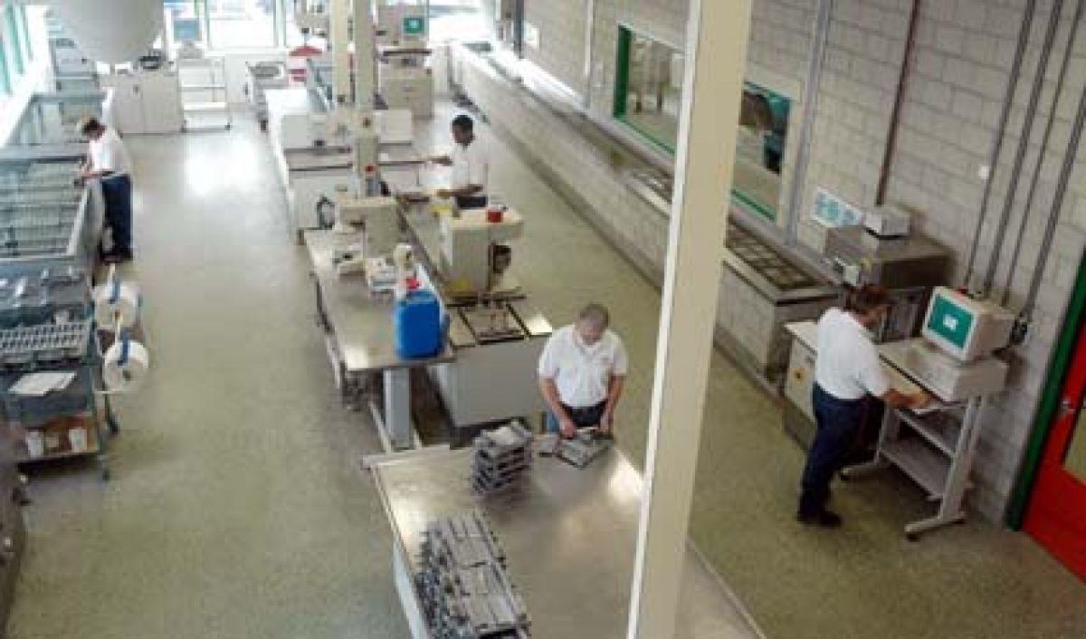 Een geschiktheidsonderzoek kan zowel in praktijk als op laboratoriumschaal worden uitgevoerd.