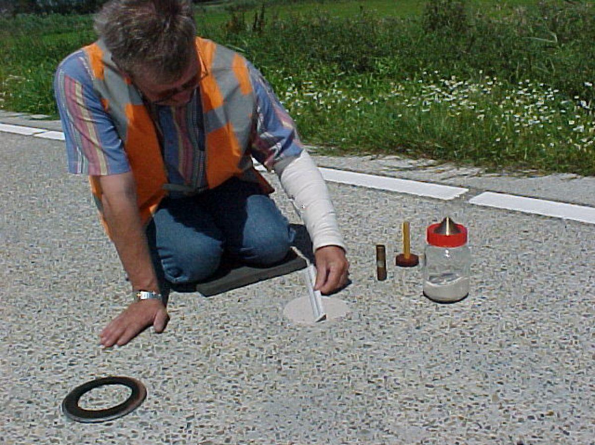 Cirkelvormige zandplek waarmee textuurdiepte kan worden berekend.